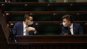 Premier rządu PiS Mateusz Morawiecki i jego szef kancelarii Michał Dworczyk w  ławach rzadowych. Warszawa, Sejm, 16 kwietnia 2020