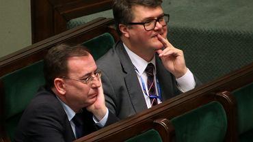"""Mariusz Kamiński i Maciej Wąsik podczas debaty nad projektem ustawy """"inwigilacyjnej"""""""