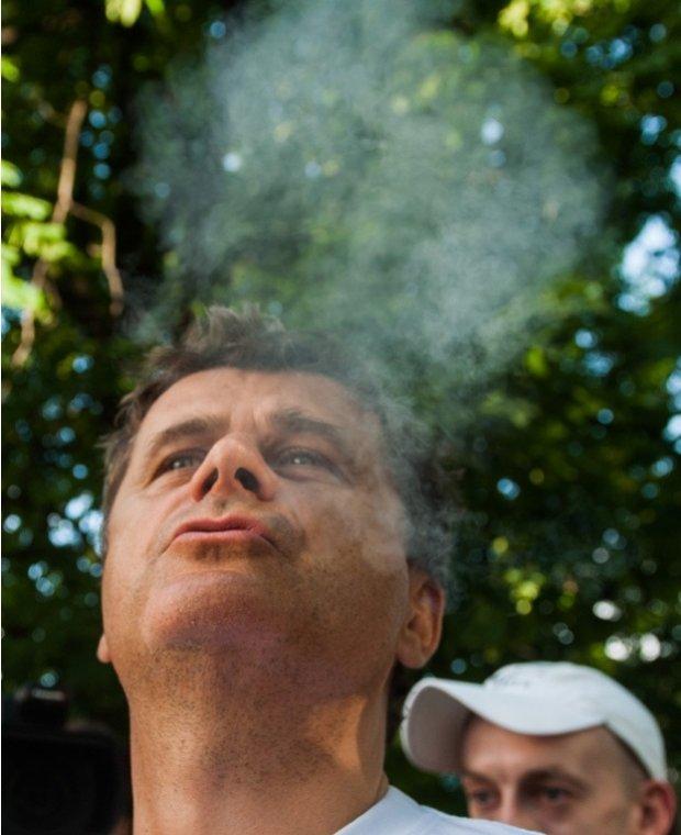 Janusz Palikot pali marihuanę na Marszu Wyzwolenia Konopi