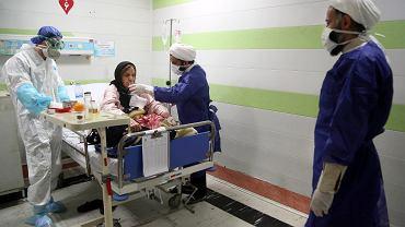 Kobieta chora na COVID-19 leczona w szpitalu w Kom w Iranie.