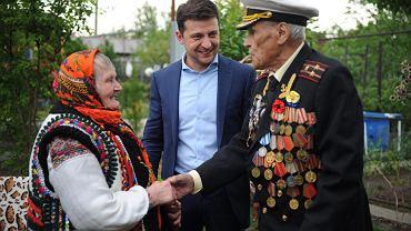Weteran Armii Czerwonej, kapitan piechoty morskiej Iwan Załużnyj (10 maja ukończy 101 lat) oraz Paraskewa Zelenczuk-Potjak, która jako 13-latka była łączniczką Ukraińskiej Powstańczej Armii (UPA), z tyłu za nimi nowy prezydent Ukrainy Wołodymyr Zełenski