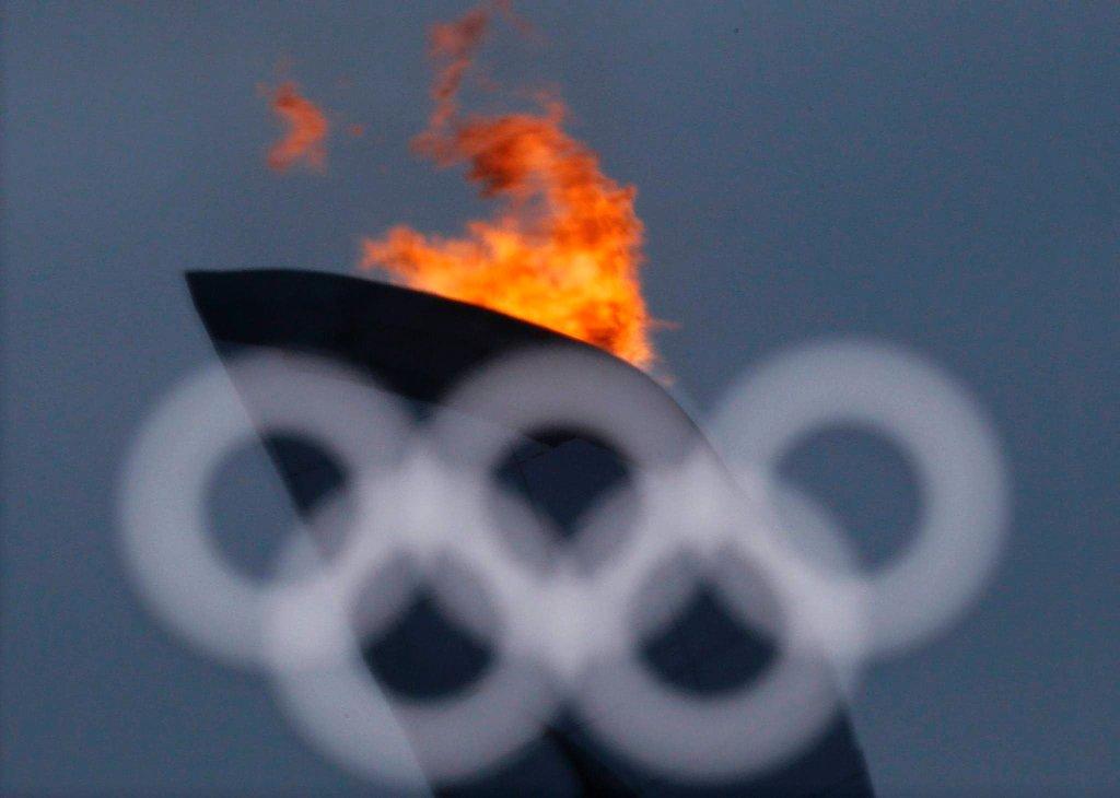 Ogień olimpijski widziany przez okno jednego z obiektów w Soczi.