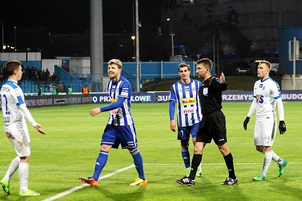 Dominik Furman (drugi z lewej) podczas meczu Wisły Płock z Lechem Poznań
