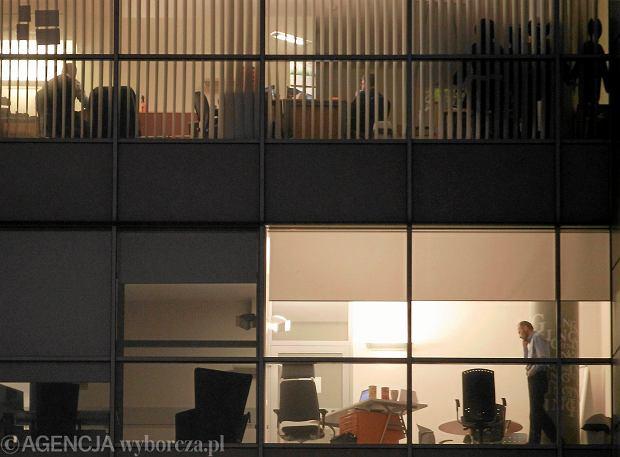 Praca w biurze po godzinach w jednym z katowickich biurowców, luty 2013