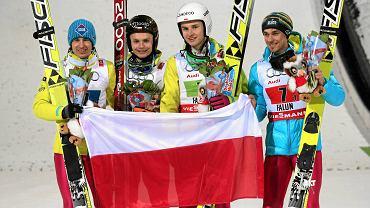Brązowi medaliści MŚ w Falun z flagą Polski