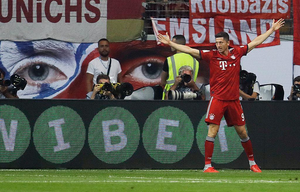 Robert Lewandowski celebruje hattricka w Superpucharze Niemiec