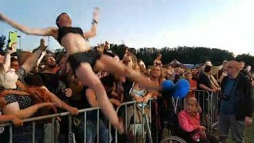 Kobieta niesiona przez tłum na koncercie w Świebodzicach tuż przed upadkiem