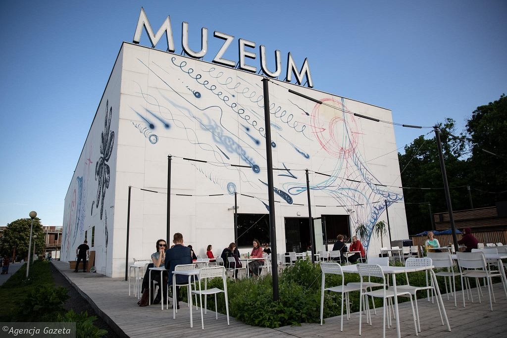 Do Muzeum Sztuki Nowoczesnej nad Wisłą z powodu koronawirusa nie pójdziemy w najbliższym czasie, ale możemy zwiedzać muzea w internecie