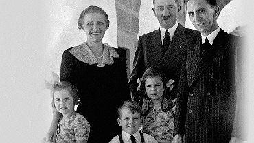 Magda i Joseph Goebbelsowie z trójką spośród sześciorga swoich dzieci na wspólnym zdjęciu z Adolfem Hitlerem