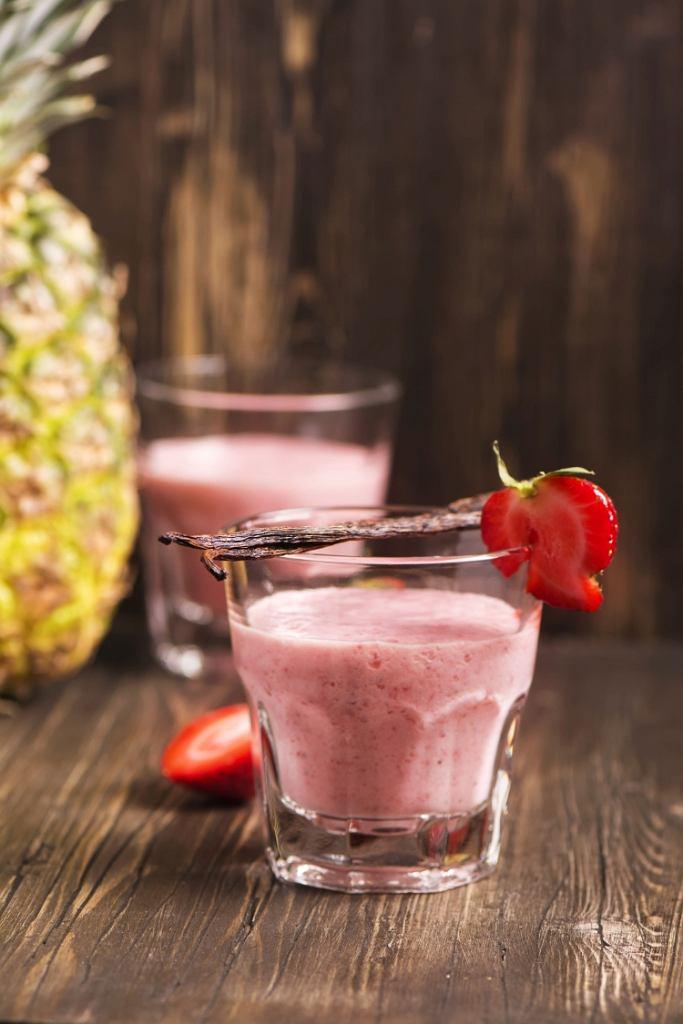 Koktajl z serkiem wiejskim bez laktozy i truskawkami