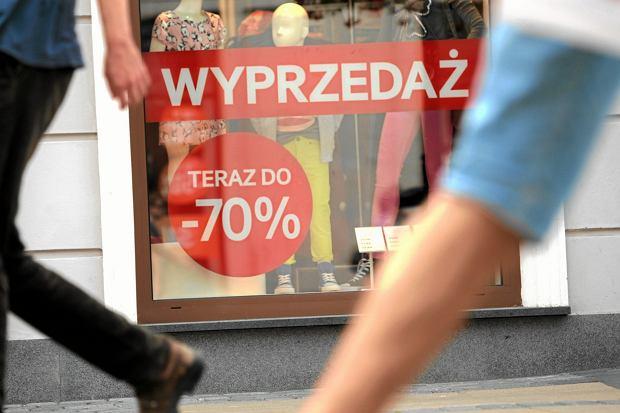 Wielu Polaków nie ma podejścia, że za buty z promocji, które kupili, mogliby w czasie kryzysu 'kupić sobie' prąd lub ogrzewanie w mieszkaniu (fot: Jakub Orzechowski/ Agencja Gazeta)