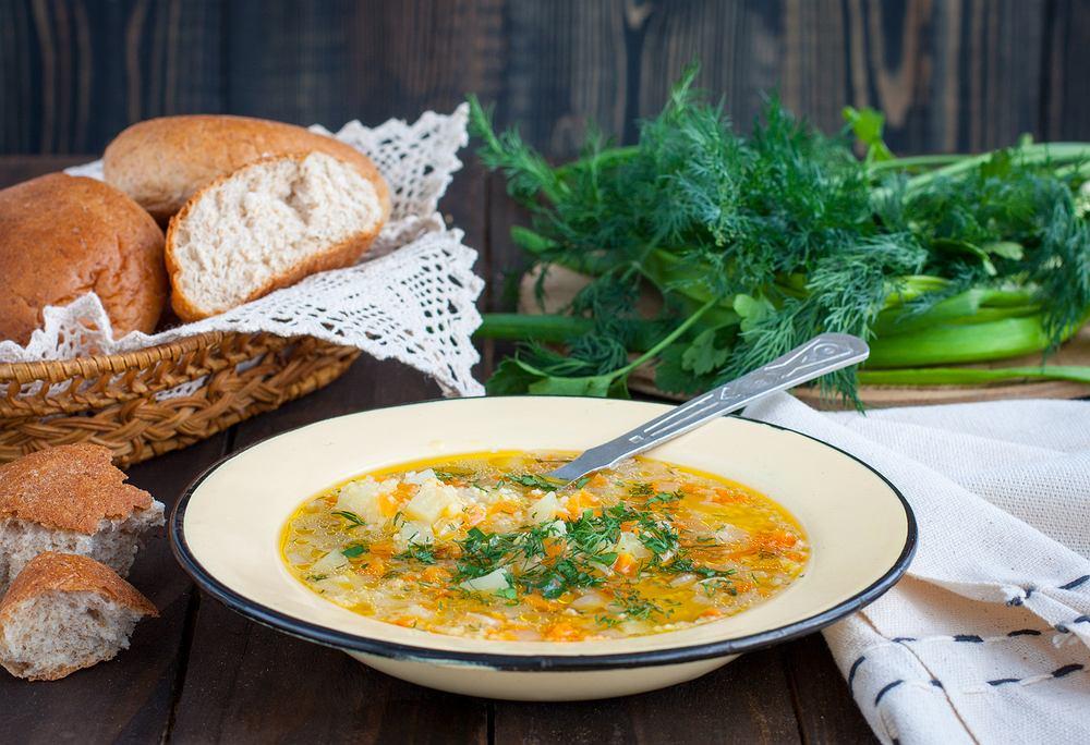 Zupa zacierkowa to pyszne danie obiadowe na bazie małych kluseczek z mąki, jajek i wody