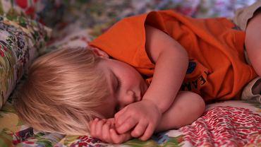 Czy gorączkujące dzieci powinny normalnie chodzić do przedszkola i szkoły?