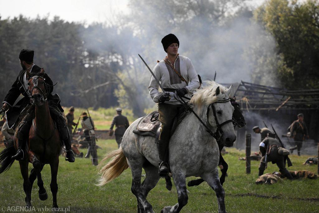 Sierpień 2019 r. Na polach pod Ossowem koło Wołomina po raz 15. odbyła się inscenizacja Bitwy Warszawskiej. W 2020 r. inscenizacji nie będzie z powodu koronawirusa