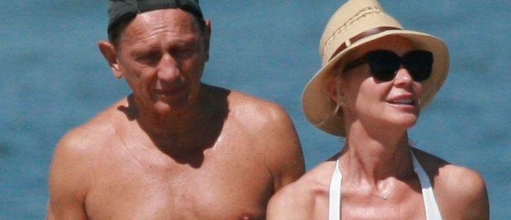 Beata Ścibakówna i Jan Englert spacerują brzegiem morza. Małżonkowie trzymają się za ręce