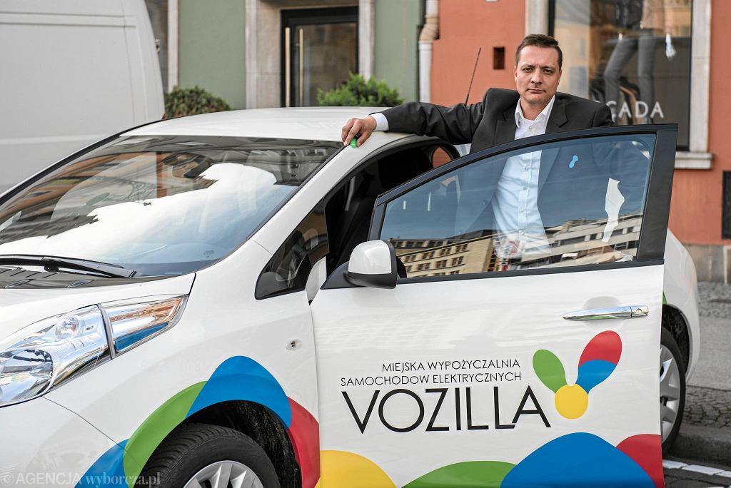Auta elektryczne wypożyczono 100 tys,. razy. Na zdjęciu Maciej Mazik, kierownik projektu wypożyczalni Vozilli.
