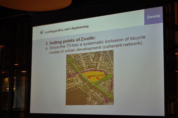Do typowej szkoły w Holandii można dojechać tylko rowerem lub dojść pieszo. Auta trzyma się 'na dystans'