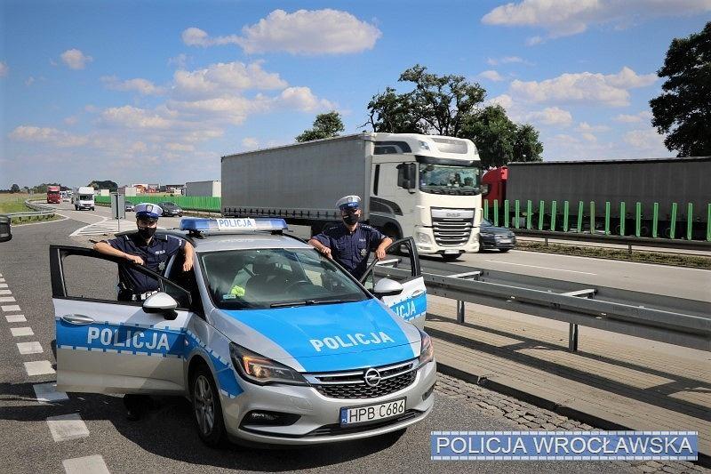 Policjanci z wrocławskiej drogówki, którzy zaopiekowali się zagubionym 60-latkiem