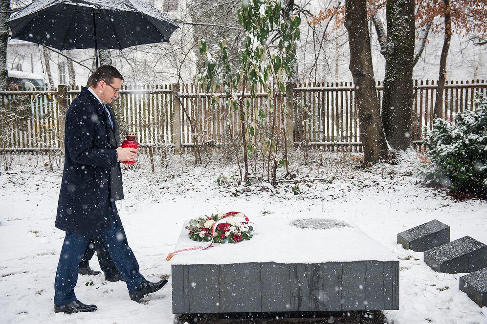 17.02.2018, Monachium, premier Mateusz Morawiecki składa kwiaty na grobach żołnierzy Brygady Świętokrzyskiej.
