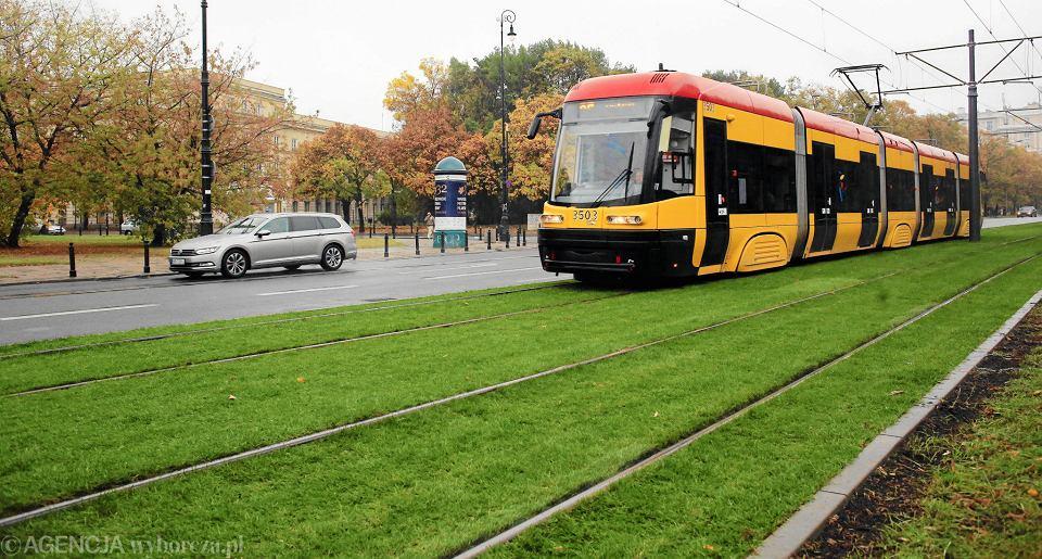 Zielone torowisko wzdłuż ul. Andersa w Warszawie