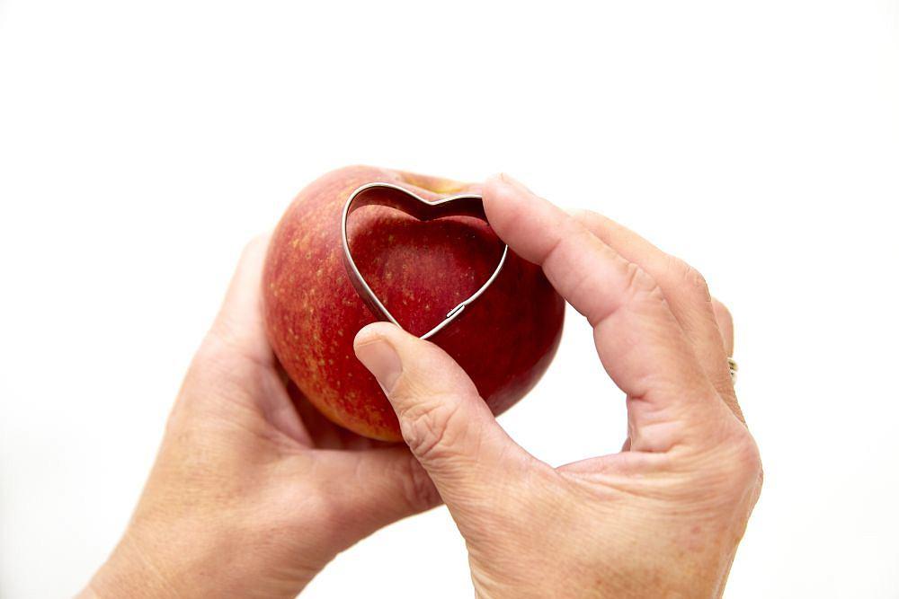 Foremką wycinamy serduszko w jabłku