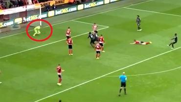 Koszmarny błąd Deana Hendersona w meczu z Liverpoolem