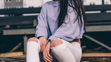 białe spodnie, zdjęcie ilustracyjne