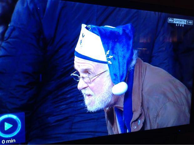 Smutny tottenhamowy Mikołaj obserwuje lanie, jakie Liverpool sprawia Spursom.