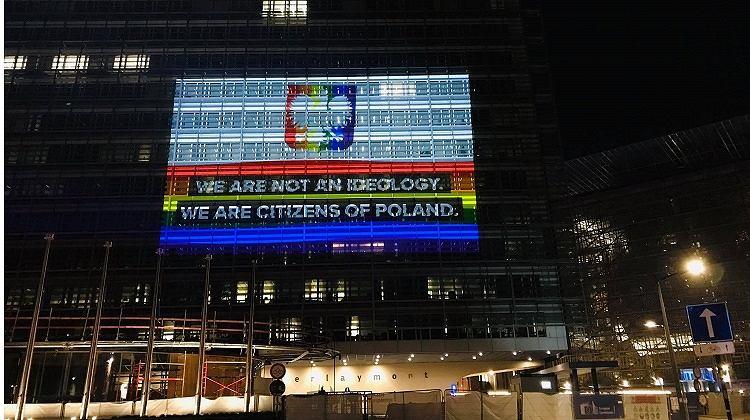 Budynek Komisji Europejskiej podświetlony na tęczowo