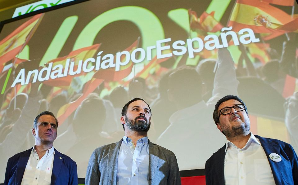 Wierchuszka partii Vox: szef Santiago Abascal, sekretarz Javier Ortega i kandydat Francisco Serrano. Świętują wyborczy sukces. Sewilla, 2 grudnia 2018