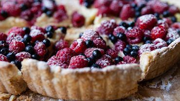 Tarta z malinami. Poznaj proste przepisy na pyszny malinowy deser. Zdjęcie ilustracyjne