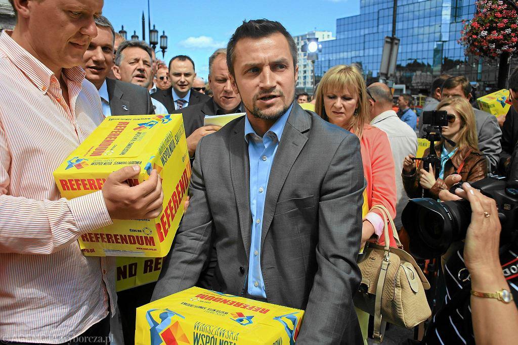 Piotr Guział i aktywiści Warszawskiej Wspólnoty Samorządowej składają paczki z podpisami pod projektem referendum w sprawie odwołania prezydent Hanny Gronkiewicz-Waltz, 22 lipca 2013 r.