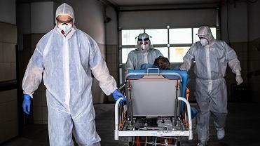 W szpitalach przebywa obecnie 540 osób z ciężkim przebiegiem COVID-19.