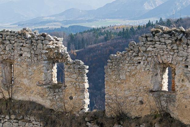 Słowackie zamki - zamek Lietava / shutterstock