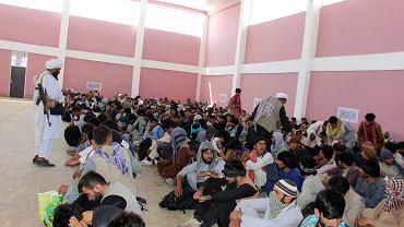 Afganistan. Talibowie pilnują żołnierzy afgańskiej armii, którzy poddali się po walkach w mieście Ghazni