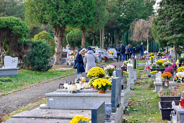 Zdjęcie numer 1 w galerii - 1 listopada w Bielsku-Białej. Kwiaty, wieńce i znicze na grobach [ZDJĘCIA]