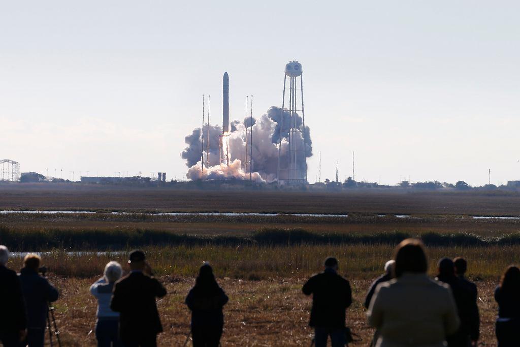 Start statku rakiety Antares ze statkiem Cyngus z ośrodka NASA w Wirginii.