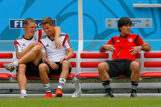 Germany's national soccer team's Bastian Schweinsteiger (L) and Erik Durm (C) sit on the bench with head coach Joachim Loew before a training session at the Pernambuco arena in Recife, June 25, 2014.    REUTERS/Brian Snyder (BRAZIL  - Tags:  SOCCER SPORT WORLD CUP)