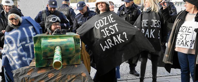 Roman Giertych wyśmiał Mariusza Błaszczaka. Chodzi o kartonowy czołg