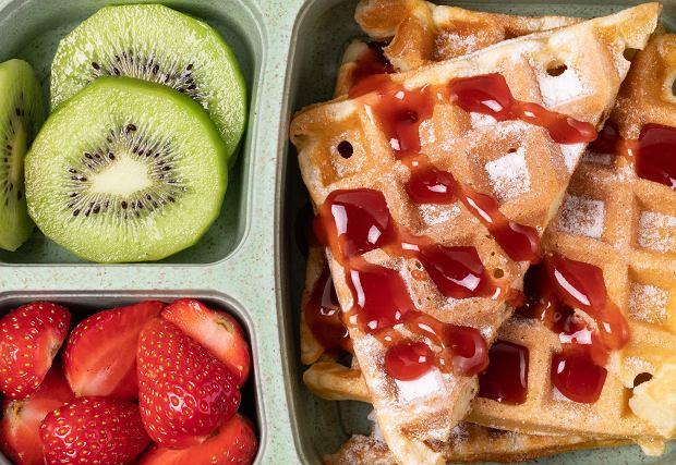 Jedzenie do szkoły. Co zapakować dziecku do plecaka? Pomysły na przekąski w przerwie