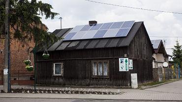 Stary dom z panelami słonecznymi w Kleszczowie (fot. Kamil Misiek)