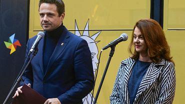 Prezydent Warszawy Rafał Trzaskowski oraz Aldona Machnowska-Góra, dyrektorka -koordynatorka ds. kultury i komunikacji społecznej. Zdjęcie z 2018 r., z inauguracji kampanii 'Tramwaj różnorodności'.