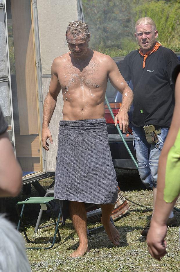 Krystian Wieczorek, To nie koniec świata, serial, plan, klata, ręcznik, półnagi