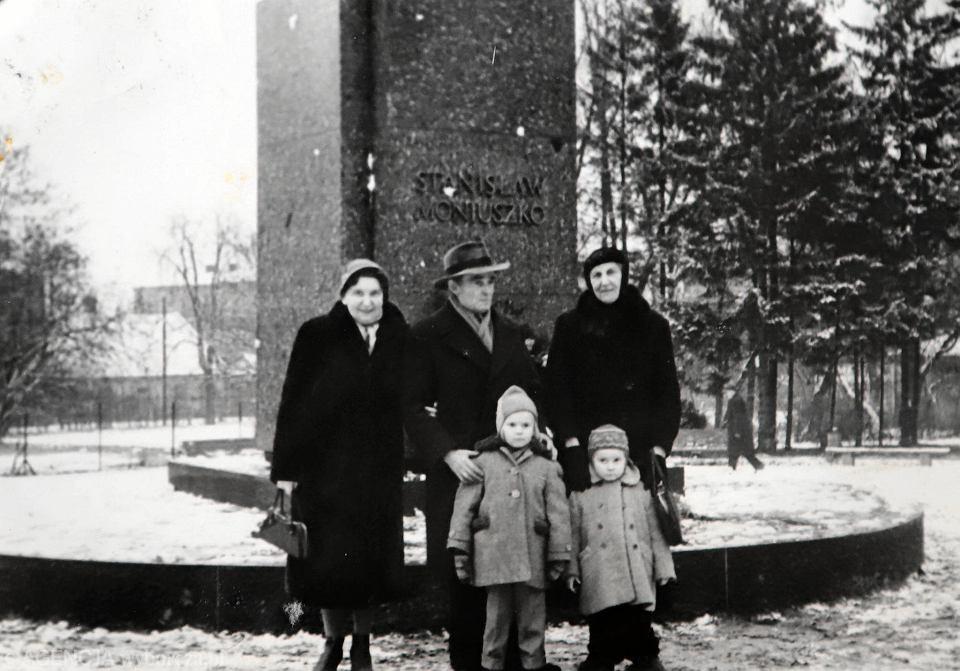 Rodzina Policińskich przed pomnikiem Stanisława Moniuszki w parku podjasnogórskim. Zdjęcie z archiwum rodzinnego
