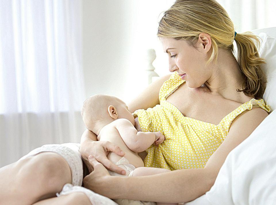 Karmienie piersią zapewnia dziecku wiele składników, które wpływają na jego zdrowie, m.in. zmniejszają ryzyko poważnych chorób w przyszłości