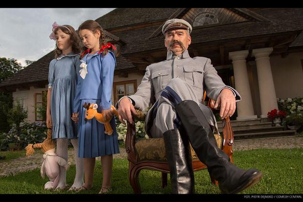 Mirosław Baka jako Józef Piłsudski w 'Drunk History - Pół litra historii'