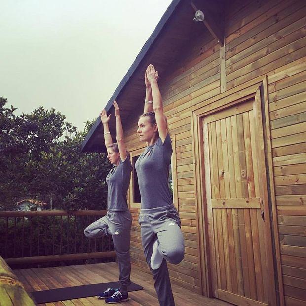 Maja trenuje jogę