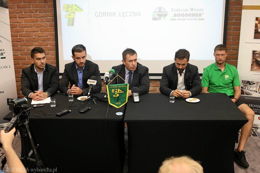 Od lewej: rzecznik prasowy Górnika Jakub Drzewiecki, członek sztabu szkoleniowego Veljko Nikitović, prezes Artur Kapelko, trener Andrzej Rybarski i Grzegorz Bonin