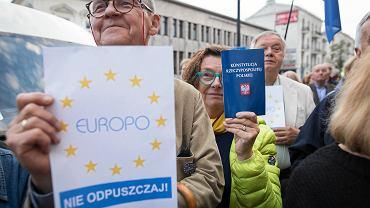 Około stu osób protestowało we wtorek w Lublinie w sprawie wejścia w życie znowelizowanej ustawy o Sądzie Najwyższym. Demonstranci zebrali się o godz. 20 przed Sądem Okręgowym przy Krakowskim Przedmieściu 43. - Od 3 lipca sędziowie Sądu Najwyższego będą nominowani przez partię. Nie chcemy, żeby tak było, dlatego domagamy się, żeby Unia Europejska wsparła nasz protest i sprawa polskiego sądownictwa była potraktowana poważnie - mówiła jedna z organizatorek. Przypomnijmy, że po nowelizacji ustawy 3 lipca wygasną mandaty sędziom SN, którzy skończyli 65 lat. Jeśli zwrócą się do prezydenta z prośbą o możliwość dalszego orzekania ten będzie mógł wydać taką zgodę. - To łamanie prawa, łamanie obecnie obowiązującej konstytucji, która jasno określa ile trwa kadencja Sądu Najwyższego - mówili demonstrujący. Zgromadzeni na Krakowskim Przedmieściu skandowali: 'Europo nie odpuszczaj', 'Europo broń swoich wartości' czy 'Wolne Sądy Europejskie'. Organizatorzy protestu wzywali też rząd Prawa i Sprawiedliwości do wycofania się z reform sądów. - Zawsze można naprawić błąd. Można się nawrócić - przekonywał jeden z mężczyzn. Wśród zgromadzonych był Andrzej Sokołowski, legenda Solidarności, który niedawno odmówił przyjęcia orderu od prezydenta Andrzeja Dudy. Wywołany do mikrofonu tłumaczył, że nie czuje, aby zrobił coś wyjątkowego. - Mam swoje wartości i ich przestrzegam. nie po to poświęciłem całe lata 80., żeby teraz odbierać odznaczenia od kogoś kto moim zdaniem nie jest godny sprawowanej funkcji - tłumaczył Sokołowski. Organizatorzy protestu zachęcali też, żeby demonstrujący wybrali się we wtorek 3 lipca do Warszawy, aby wspierać sędziów Sądu Najwyższego i protestować przeciw kolejnej 'deformie' wymiaru sprawiedliwości.