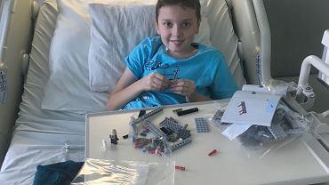 Szymon, jeden z pacjentów wrocławskiej kliniki Przylądek Nadziei, to urodzony optymista. Do walki z chorobą namawia też inne dzieci